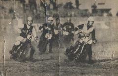 昭和22年,オートバイレース風景。進駐軍(GHQ)の雑誌でオートレースの紹介記事が掲載されました。左端は弟の藤壺勝選手。
