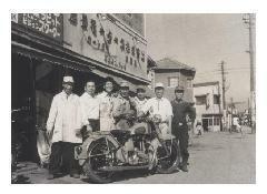 昭和28年,福岡市博多区旧御笠町の工場の前で。