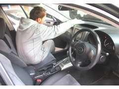 お客様の快適なカーライフが出来る様に色々な道具を使い出来るだけ新車の状態に近づていけるようクリーニングしております。