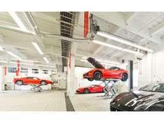 併設のサービスセンターにてお車のケアをスタッフが連携して対応致します。
