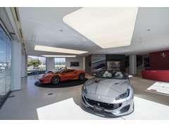 最新のCIが施されたフェラーリショールームです。現行モデルを含め様々な車種を展示しております。