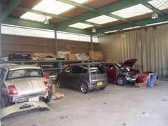 大型自社板金塗装工場も完備!お車の全てのことに関して対応させて頂けます。ご購入後も安心して頂けます!