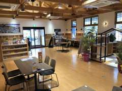木目を基調としたおしゃれな店内は天井も高く広々としております!店内では美味しいコーヒーを飲みながらご検討を頂く事が可能!