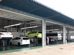 整備工場も完備しております。ご購入後の点検整備や車検も当店にお任せ下さい。