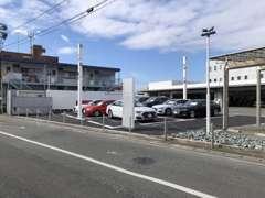 Audi正規ディーラーの安心の中古車を常時30台以上展示しております。