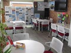 店内は商談スペースの他にTVが壁に設置してあります。