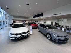 VW認定中古車を常時30台以上展示・新車ショールーム・サービス工場併設致しております。
