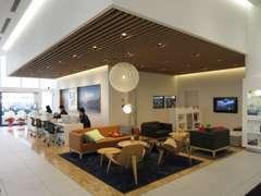 ■北欧の家具を配置したリビングの様な空間でゆったりと寛ぎながらVOLVOをご覧いただけます。キッズコーナーも完備☆