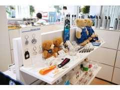 フォルクスワーゲンオリジナルグッズも多数展示販売してます。