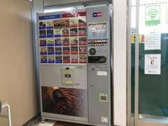 フリードリンクの自販機!お好きなお飲み物を自由で、待ち時間をごゆっくりおくつろぎください。