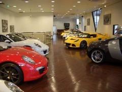 フローリングの落ち着いたフロアに高額車両などを展示しています。