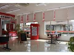 平成8年から営業しており、今年で23年を迎える店舗となります。大きな赤い看板の『アップル』を目印にご来店下さい。