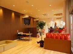 開放感のある明るく広い店内です。ご商談頂く間、ごゆるりとお過ごしください。