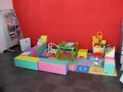当店のキッズコーナーです。お子様連れでもお気軽にお越しください。おもちゃや塗り絵コーナーなどでお子様をあきさせません。