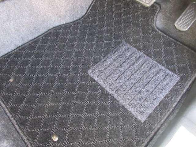 オプションセットの車種専用フロアマット。