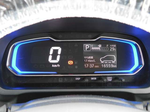 自発光式デジタルメーター&燃費の良い運転すると、照明がブルーからグリーンへ変化するエコドライブアシスト照明
