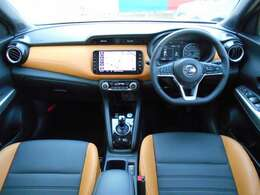 室内はブラックとオレンジのツートンインテリア。視界も広く、運転のしやすいおクルマですよ