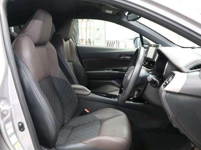 コンソールボックスの蓋がアームレスト代わりになります。シートヒーターも装備されています。寒い冬の日も快適なドライブが楽しめるSUVです!