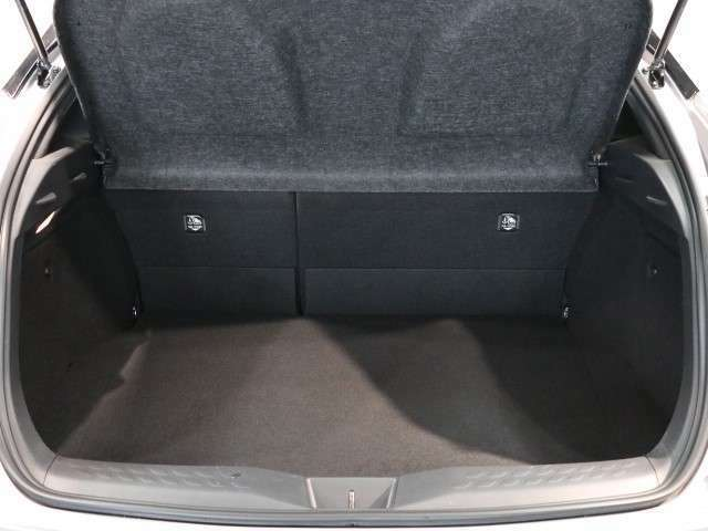 大きく開いて荷物の積み下ろしがし易いバックドア。リヤシートの背もたれは前倒しが可能です。一年中活躍できる一台です!