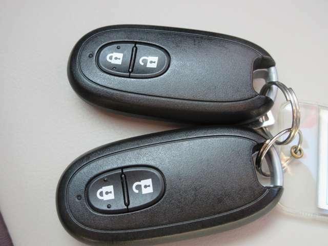 鍵はインテリジェントキーです。少し離れた場所からでも鍵の開け閉めができます。鍵を取り出して差し込んで回すという手間が省けてとても便利ですね。