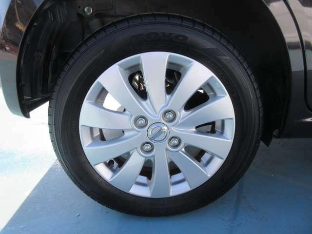 タイヤは純正のアルミホイールを使用しています。タイヤ交換もお申し付けください。