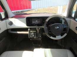 運転席周りです。ハンドルの色や内装がとても可愛いですね。