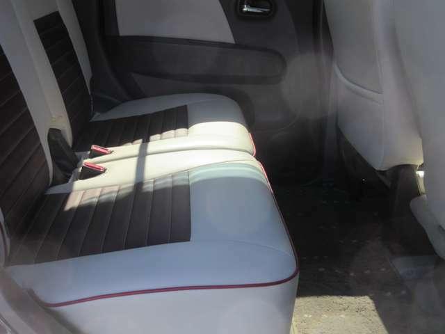 後部座席周りです。内装や外装は綺麗に清掃して展示しております。試乗をご希望の方はぜひお申し付けください。