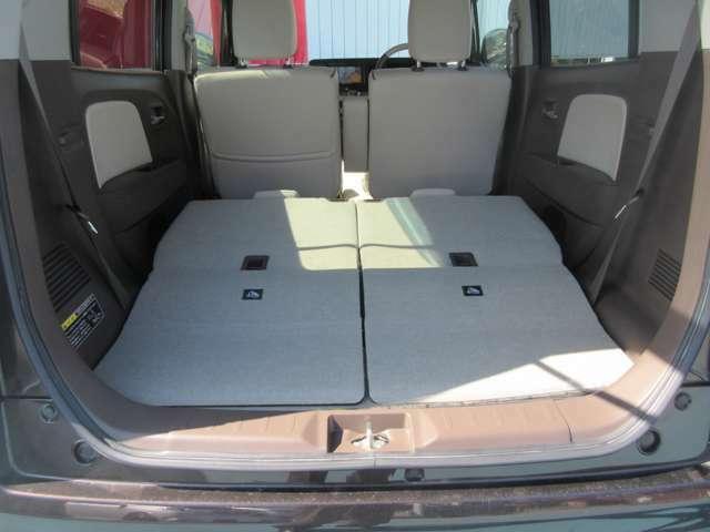 後部座席のシートを倒すと広いスペースができます。より大きい荷物などを乗せることができるので上手くご活用ください。