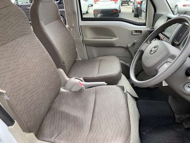 【運転席】シートの状態も良く、目立つような傷や汚れはありません(^○^)