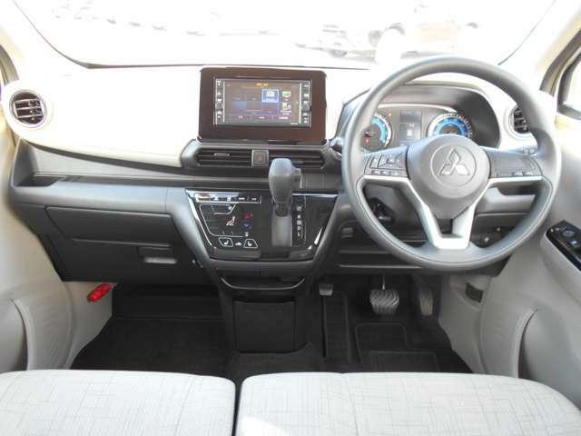 フロントベンチシートだから運転席足元もゆったり、広々快適です♪助手席へのウォークスルーも楽々可能!