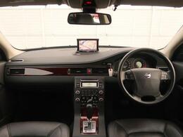 希少なXC70の上級グレードが入庫!現在では生産が終了しているV70のクロスオーバーモデル!!ワゴン×AWDかつ広々としたラゲッジスペースを備えた堂々の一台となっております!