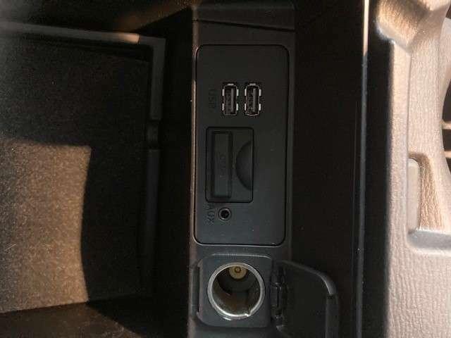 アームレスの中にはUSB挿入口×2 シガーソケットが装備されております☆