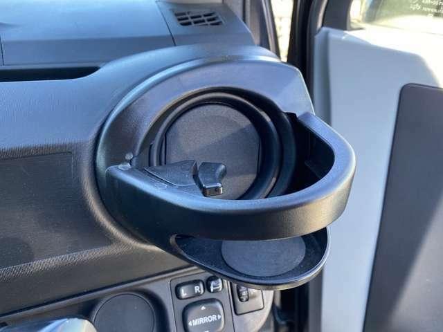 <ドリンクホルダー>AQUA専用設計、社外ドリンクホルダー。助手席にも付いています。