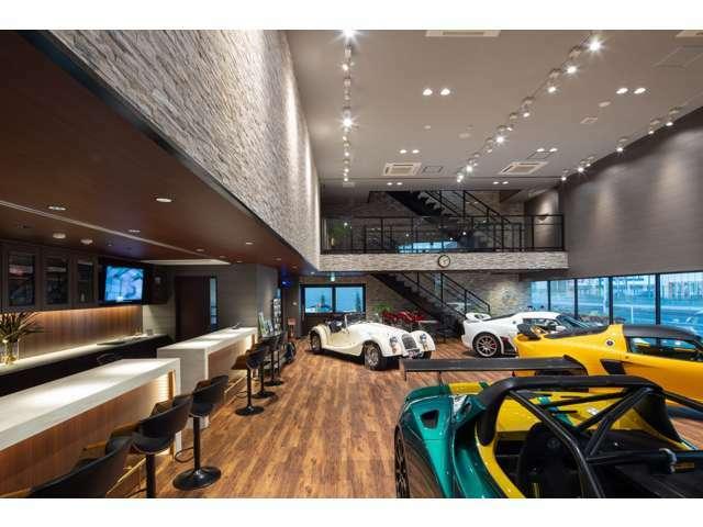 広々としたショールーム完備。落ち着いた雰囲気で、ゆっくりとご商談可能です。新車を多数展示。ぜひ、ご来店下さい。