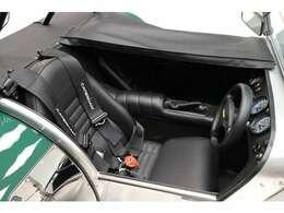 トノカバーは、助手席のみの取付も可能です。運転席と助手席のカバーは、ジップで取り外しも簡単です。