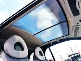 【ガラスルーフ】メーカーオプションのガラスルーフを装備!車内には解放感が溢れ、鮮やかな光が差し込みます♪