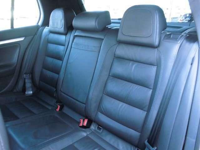 後部座席は他のハッチバックと比べて足元が広く窮屈な印象は受けません。
