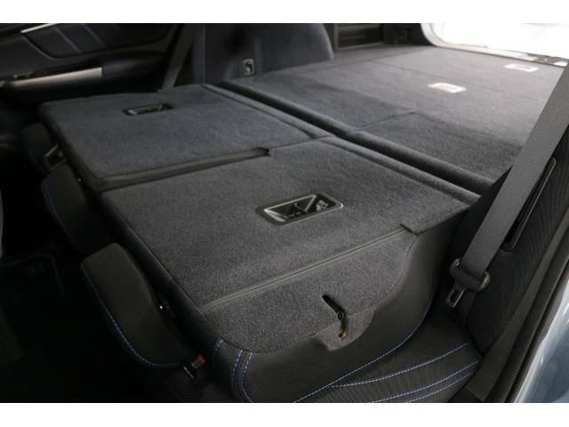リヤシートを倒すと、荷室とほぼフラットにつながります!左右個別に倒せるため、荷室の拡張が自在にできます