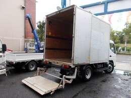 荷台の詳細と致しまして、最大積載量2,000kg、荷台後ろ開口部の詳細と致しまして、幅:177cm 高さ:200cmとなっております。また、荷台の地上高は81cmです。ボディはパブコ製です
