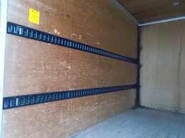 2段ラッシングベルトや室内灯もついております。荷台内形は、長さ:308cm 幅:177cm 高さ:207cmとなっております