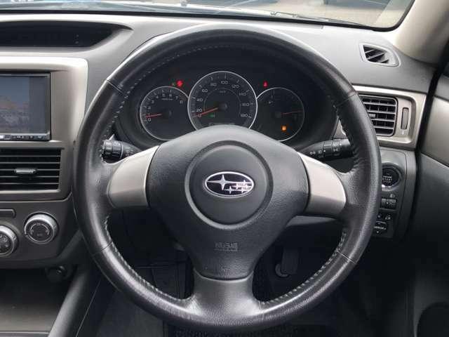 シンプルでスタイリッシュなデザインとなっている為、ハンドルが握りやすく、運転しやすいです♪