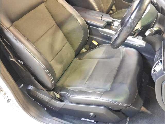 ●こちらは運転席着座面のお写真です。サイドサポート部分や座面の程度も良く、使用感の少ないシートとなります!!