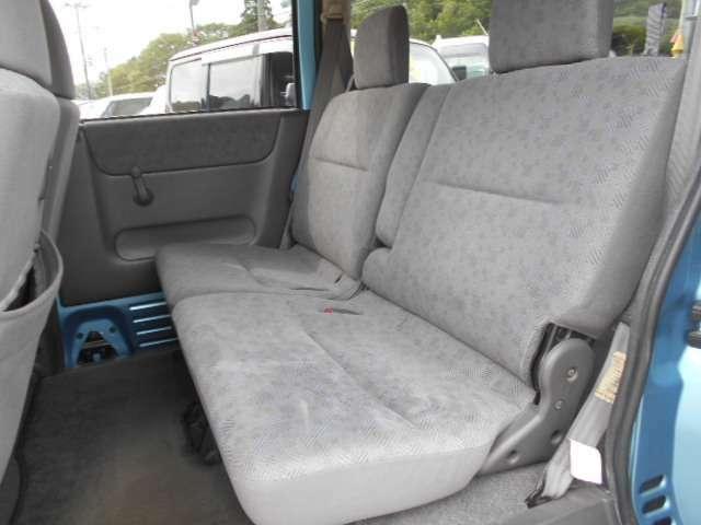 こちら後部座席のシートとなっております。破れやタバコ穴など気になると思いますが、こちら破れやタバコ穴は御座いません。しっかりと納車前にシートクリーニングを実施。※定年劣化の使用感は御座います。