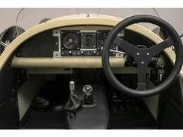 航空機を思わせる計器盤を装備した革張りのコックピットに座れば、道路を飛ぶかのような気分を味わえます