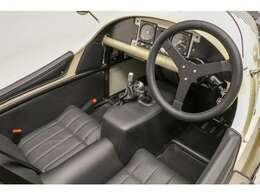 ペダルボックスは前後位置の調整が可能、ドライバーに合わせてセッティング致します
