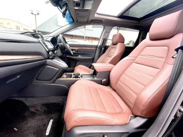 フロントシートです。乗る人をアクティブにさせるドライブの快適性。見晴らしの良いアイポイントも運転のしやすさのひとつです。