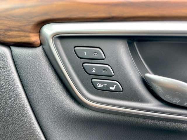 ドライビングポジションシステム。運転席の前後スライド・リクライニング・高さの設定を2名分記憶・呼び出し可能です。
