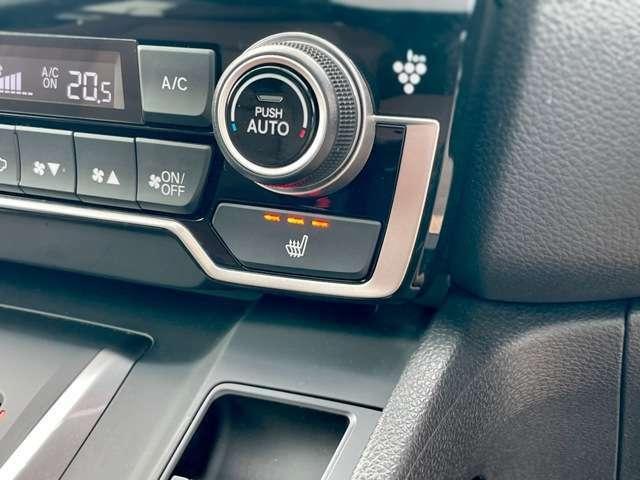 シートヒーター内蔵です。雨の日や早朝などの冷えた車内でも座面から身体をじんわりと暖めます。3段階の温度調節が可能。