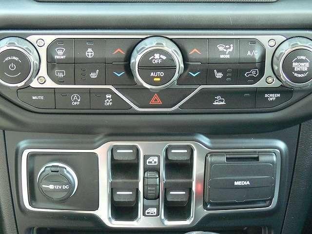 ★オプションのコールドウェザーpkg(寒冷地仕様)も装備しております♪★シートヒーター&ステアリングヒーターも装備しております♪