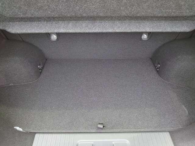 ラゲッジスペース★床面が低いので荷物の積み下ろしも楽チン♪また、凸凹や傾斜が少ないフラットな床面なので走行中も安定します。